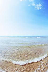 打ち寄せる波と青空の写真素材 [FYI04924184]