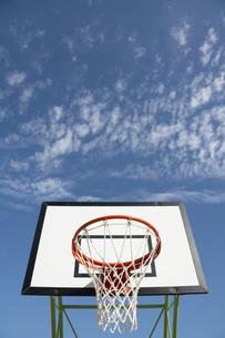 バスケットゴールと青空の写真素材 [FYI04924278]