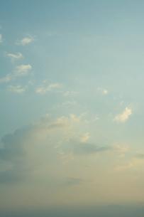 夕暮れにただよう雲の写真素材 [FYI04924303]