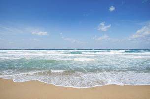 打ち寄せる波と青空の写真素材 [FYI04924436]