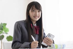 自宅で勉強する中学生の写真素材 [FYI04924509]