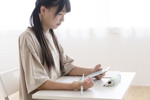 自宅で勉強する中学生の写真素材 [FYI04924514]