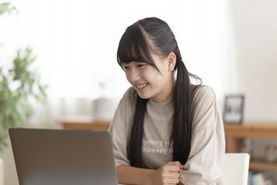 自宅で勉強する中学生の写真素材 [FYI04924524]