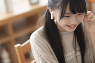 自宅で勉強する中学生の写真素材 [FYI04924529]