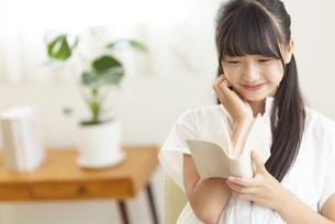 読書をする中学生の写真素材 [FYI04924537]