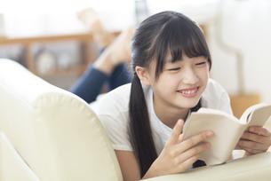 読書をする中学生の写真素材 [FYI04924542]