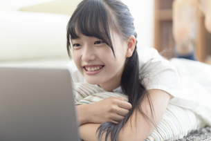 パソコンを見る中学生の写真素材 [FYI04924551]