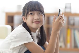 スマホを持つ中学生の写真素材 [FYI04924555]