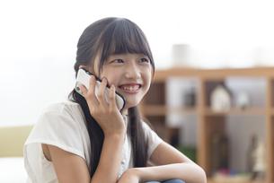 電話をする中学生の写真素材 [FYI04924556]