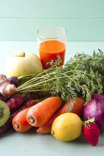 様々な野菜と野菜ジュースの写真素材 [FYI04924661]
