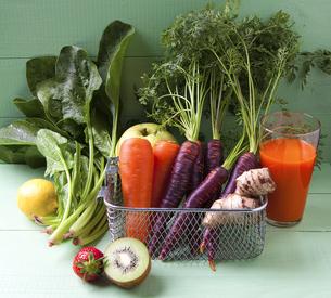 様々な野菜とフルーツと野菜ジュースの写真素材 [FYI04924664]