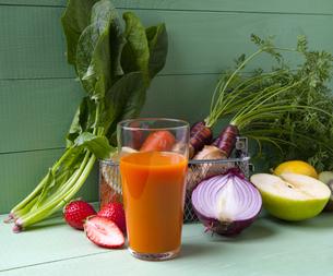 様々な野菜とフルーツと野菜ジュースの写真素材 [FYI04924671]