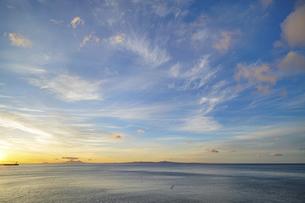 夜明けの空と海の写真素材 [FYI04924794]