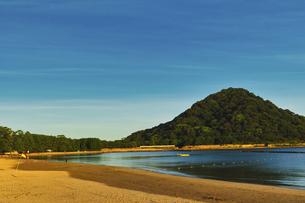 朝焼けの菊ヶ浜の写真素材 [FYI04924815]