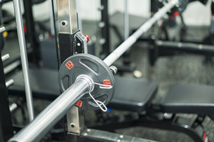 トレーニングジムに置いてある器具のクローズアップの写真素材 [FYI04924818]