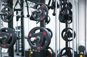 トレーニングジムに置いてある器具のクローズアップの写真素材 [FYI04924823]
