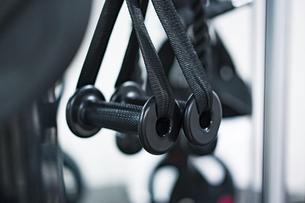 トレーニングジムに置いてある器具のクローズアップの写真素材 [FYI04924824]