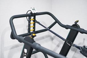 トレーニングジムに置いてある器具のクローズアップの写真素材 [FYI04924827]