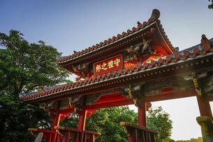 守礼門からの日の出 沖縄 首里城の写真素材 [FYI04925089]