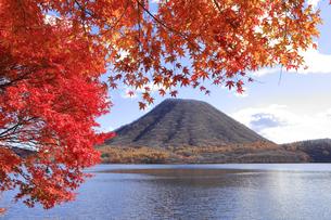 榛名湖の紅葉の写真素材 [FYI04925243]
