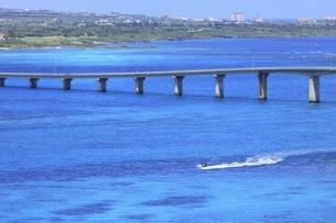 沖縄・来間島 来間大橋とジェットスキーの写真素材 [FYI04925436]