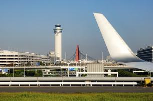 滑走路へ向かう機窓から羽田空港の管制塔や赤いスカイアーチの写真素材 [FYI04925523]