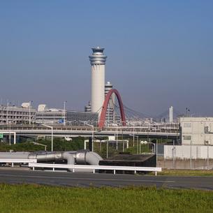 滑走路へ向かう機窓から羽田空港の管制塔や赤いスカイアーチの写真素材 [FYI04925524]