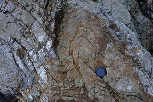 【地学教材】美濃帯チャートの褶曲 -渥美半島日の出の石門-の写真素材 [FYI04925529]