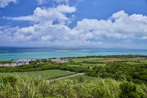 西大岳展望台より眺める小浜島の写真素材 [FYI04925593]