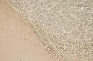 川平湾の波打際の写真素材 [FYI04925651]