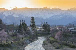 夕焼けと北アルプス連峰の写真素材 [FYI04925789]