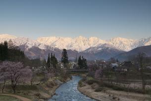 朝焼けの北アルプス連峰の写真素材 [FYI04925792]