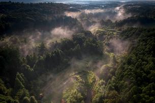 朝霧漂う山間の風景の写真素材 [FYI04925977]