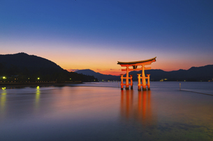 厳島神社の大鳥居(長時間露光)の写真素材 [FYI04925980]