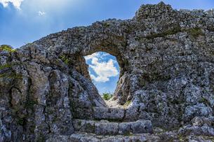 国の史跡に指定されている玉城城主郭の城門の写真素材 [FYI04926156]