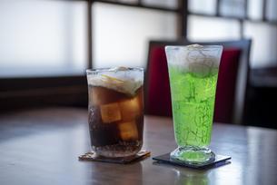 レトロ喫茶 - コーラフロート&メロンソーダフロートの写真素材 [FYI04926171]