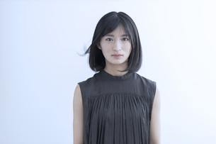 髪をなびかせる若い日本人女性のポートレートの写真素材 [FYI04926234]