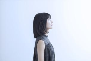 見上げる若い日本人女性の横顔の写真素材 [FYI04926239]