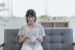 本を読む若い日本人女性の写真素材 [FYI04926260]