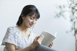 本を読む若い日本人女性の写真素材 [FYI04926270]