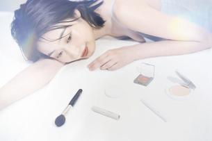 若い女性と化粧品の写真素材 [FYI04926449]