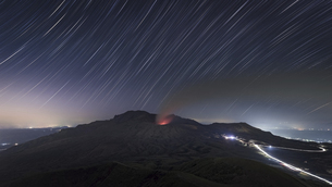 阿蘇山噴火と星の軌跡の写真素材 [FYI04926513]
