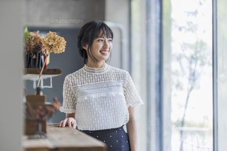微笑む若い日本人女性の写真素材 [FYI04926824]