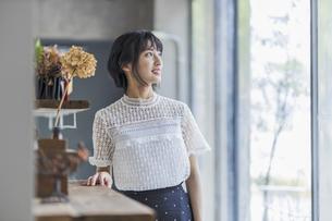 微笑む若い日本人女性の写真素材 [FYI04926825]