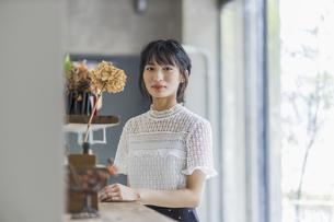 若い日本人女性のポートレートの写真素材 [FYI04926826]
