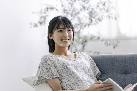 微笑む若い日本人女性の写真素材 [FYI04926896]