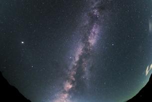 夏の天の川の写真素材 [FYI04926989]