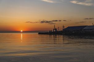 小樽港からの朝日の写真素材 [FYI04927007]