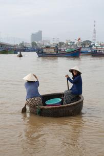 ベトナム 桶の船に乗る女性の写真素材 [FYI04927025]