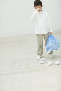 ゴミを片付ける子供の写真素材 [FYI04927033]